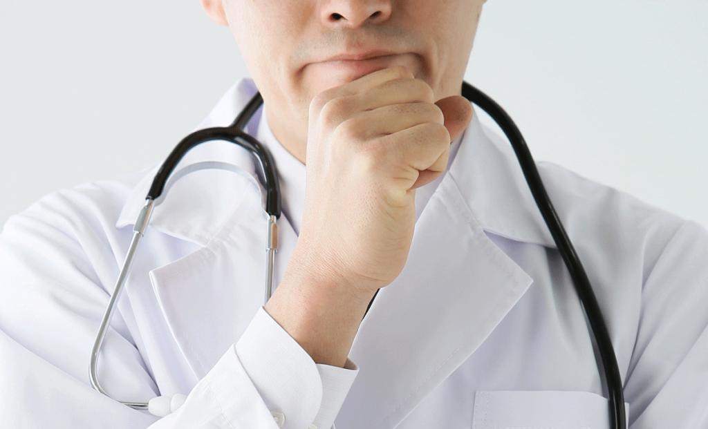 睡眠時無呼吸症候群の診断をする医者